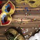 Imagem mostra máscaras em mesa de madeira