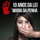 Banner com foto de uma mão masculina tapando a boca de uma mulher