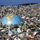 imagem mostra globo terrestre em meio ao lixo