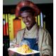 imagem mostra chef de cozinha com um prato