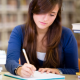 Imagem mostra uma mulher estudante