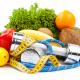 Foto de frutas, verduras e pesos de academia