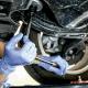 Mecânico consertando pneu